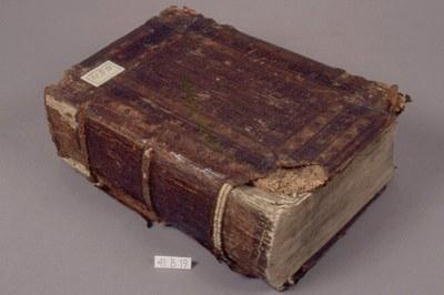 kniha před restaurováním