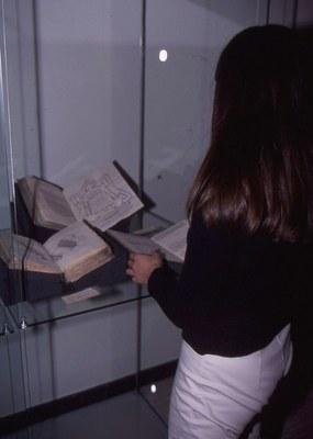 restaurátor asistuje při instalaci knih